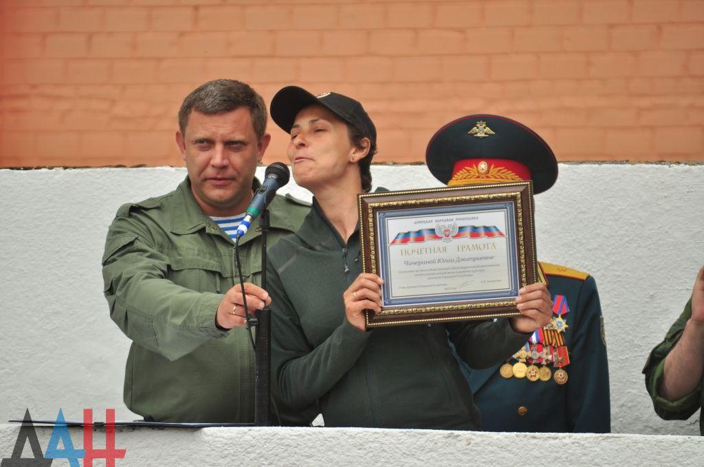 Главарь ДНР Александр Захарченко вручает грамоту певице Юлии Чичериной