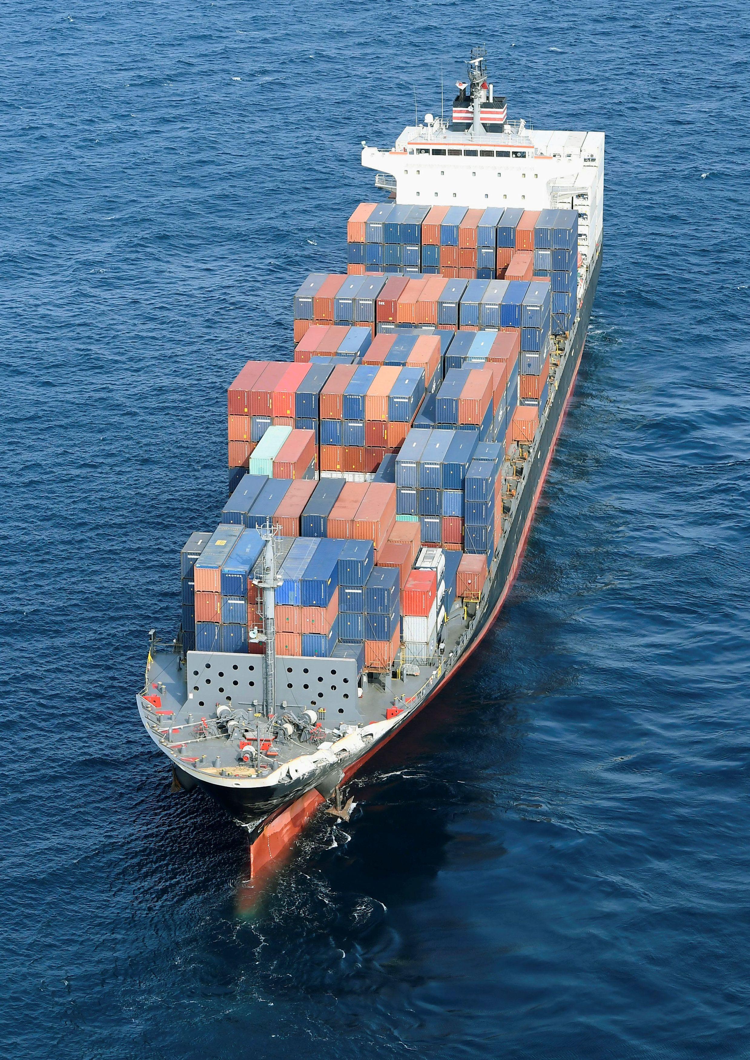 Филиппинский  контейнеровоз после столкновения с американским эсминцем