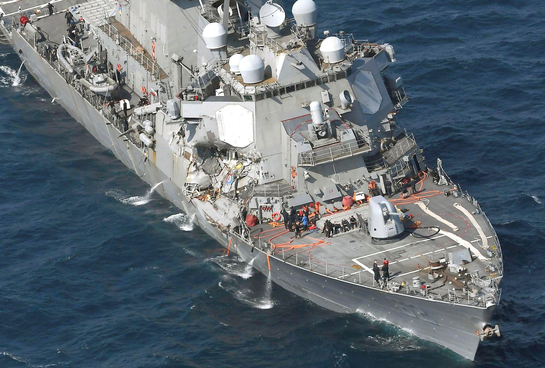 На USS Fitzgerald откачивают воду после столкновения с контейнеровозом