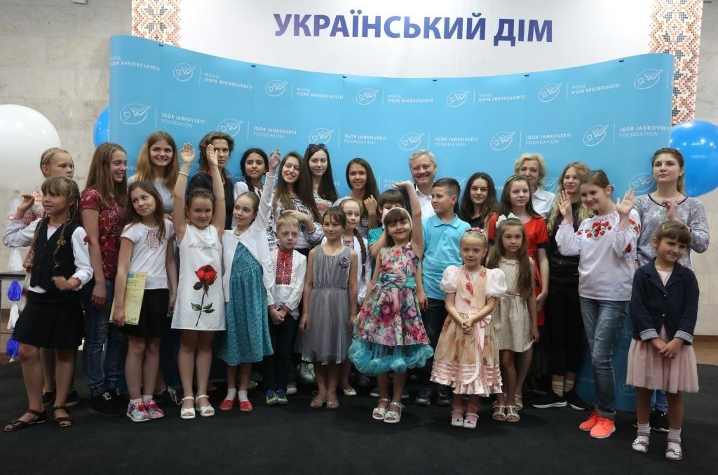 Игорь Янковский вместе с участниками и победителями V го Всеукраинского конкурса детского рисунка