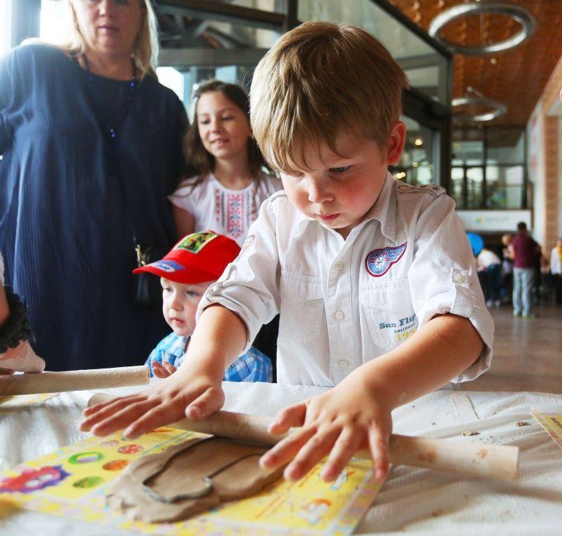 Дети создают игрушки из глины