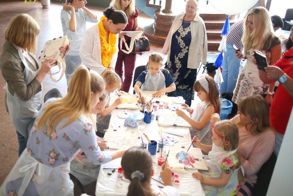Игорь Янковский и победительница V Всеукраинского конкурса детского рисунка Виктория Комарницкая