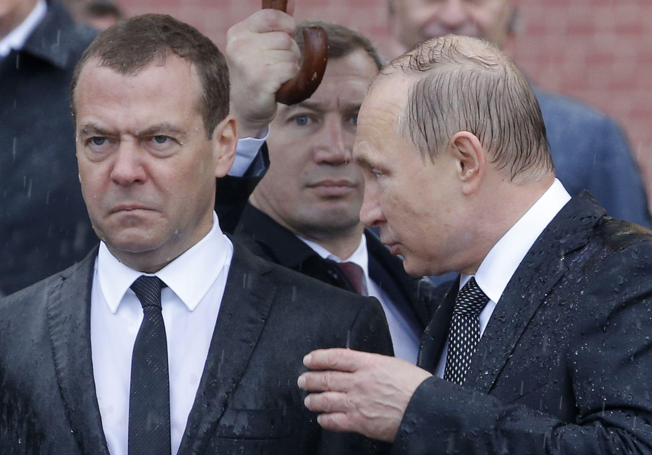 Путин, Медведев, дождь, зонт