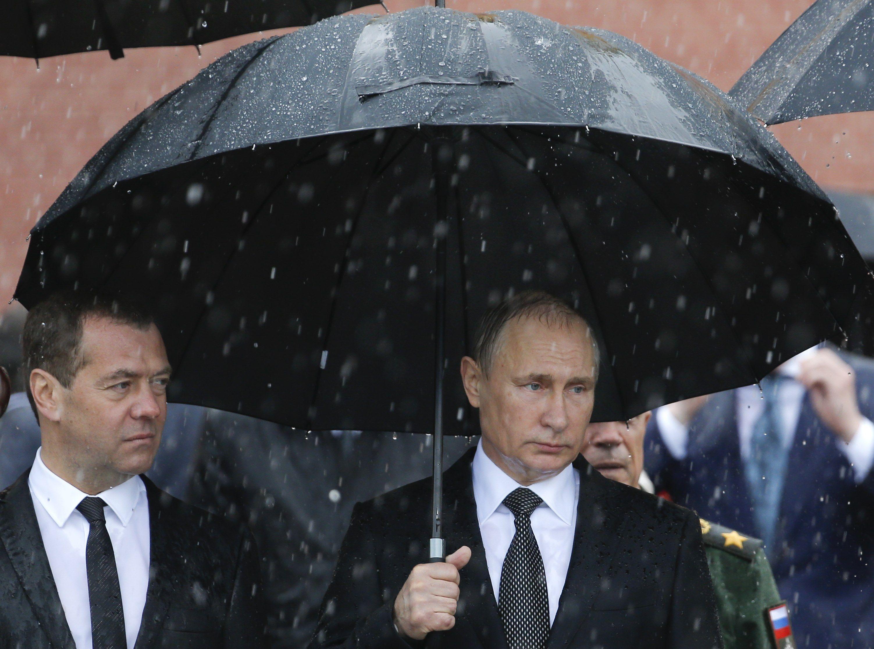 Назначение Медведева премьером не одобряет 51% россиян.