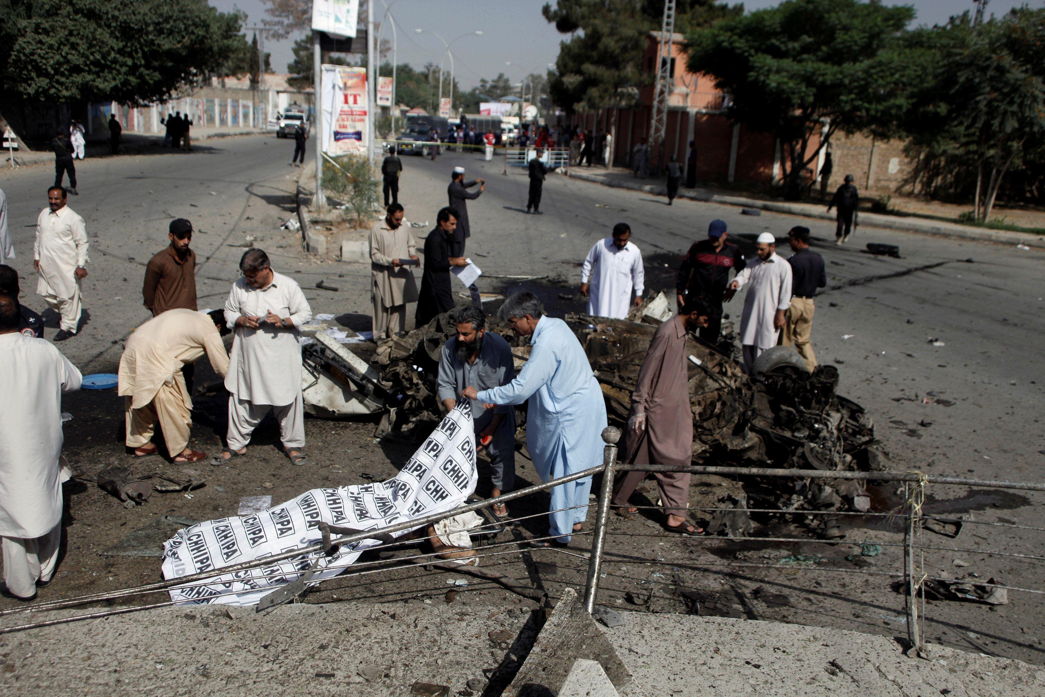 Последствия взрыва автомобиля в Пакистане.
