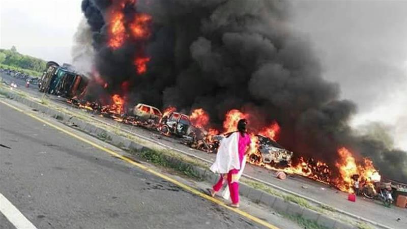 Огонь также уничтожил большое количество транспортных средств.