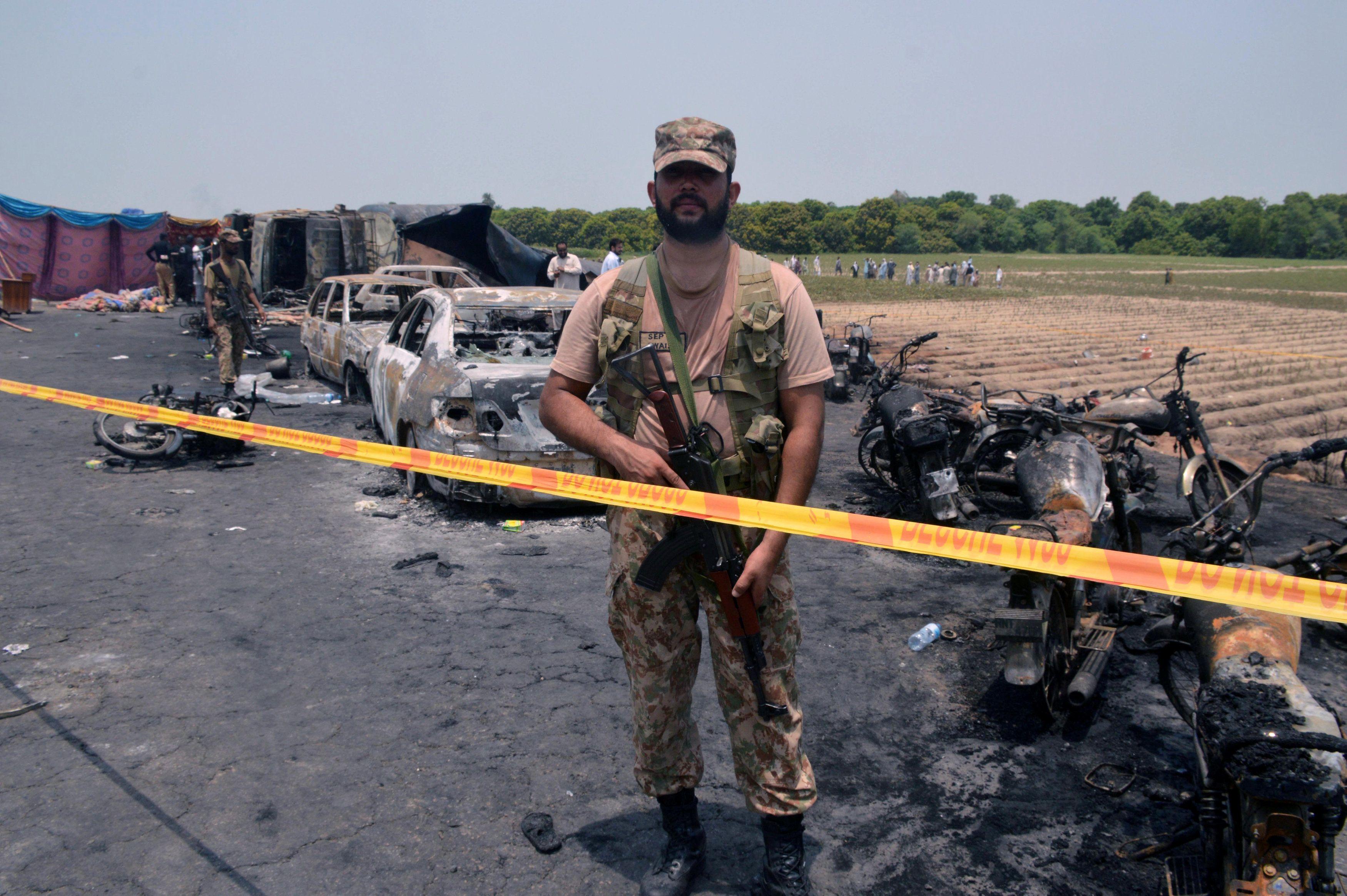 Радикальные исламисты устроили массовые беспорядки в Пакистане