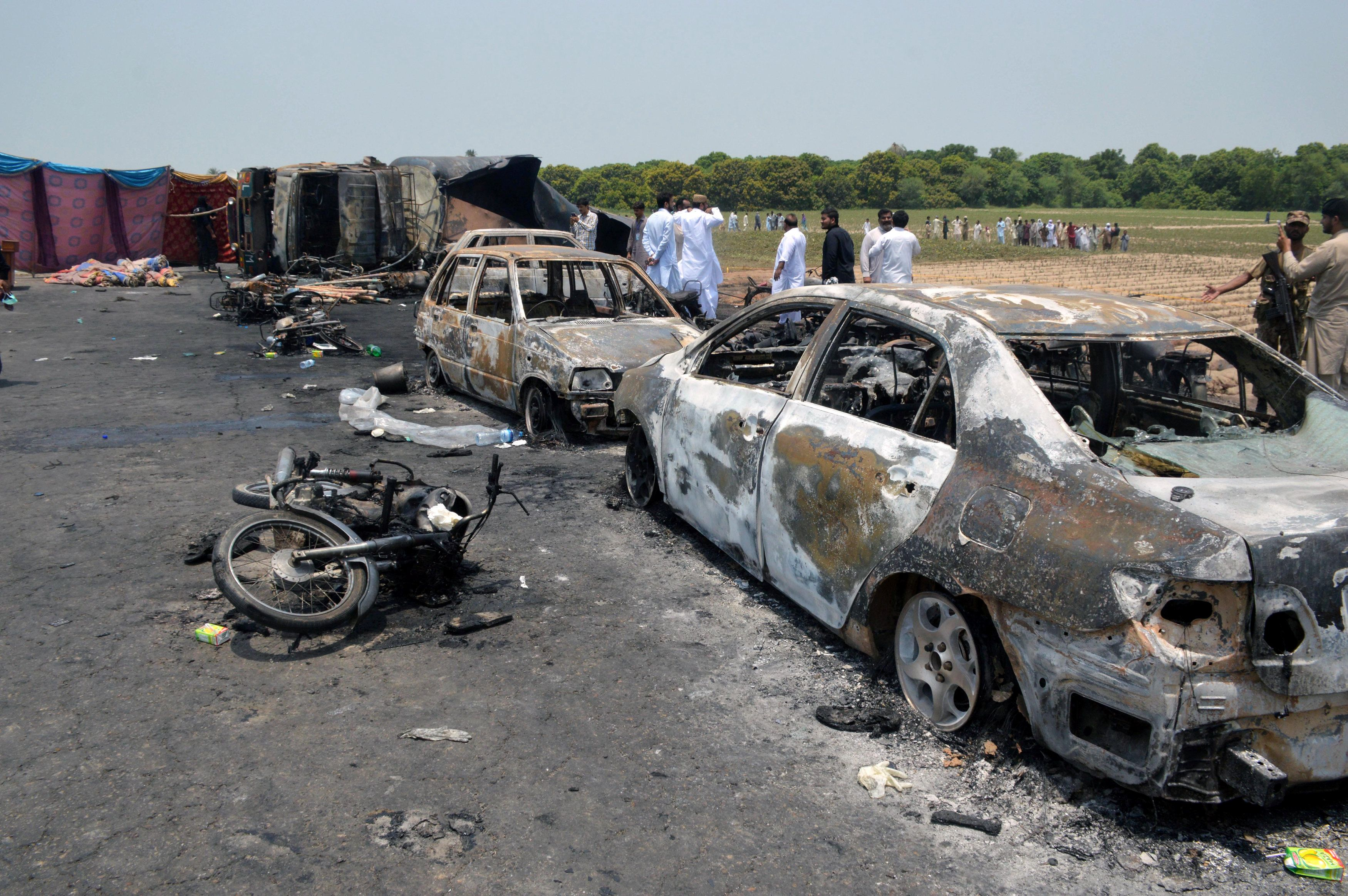 Число жертв при пожаре в Пакистане стремительно растет