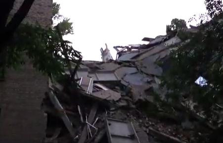 Последствия обрушения части здания в Донецке