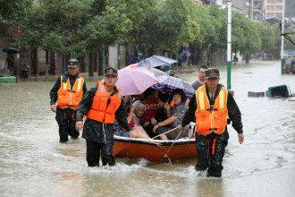 Спасатели эвакуируют людей.