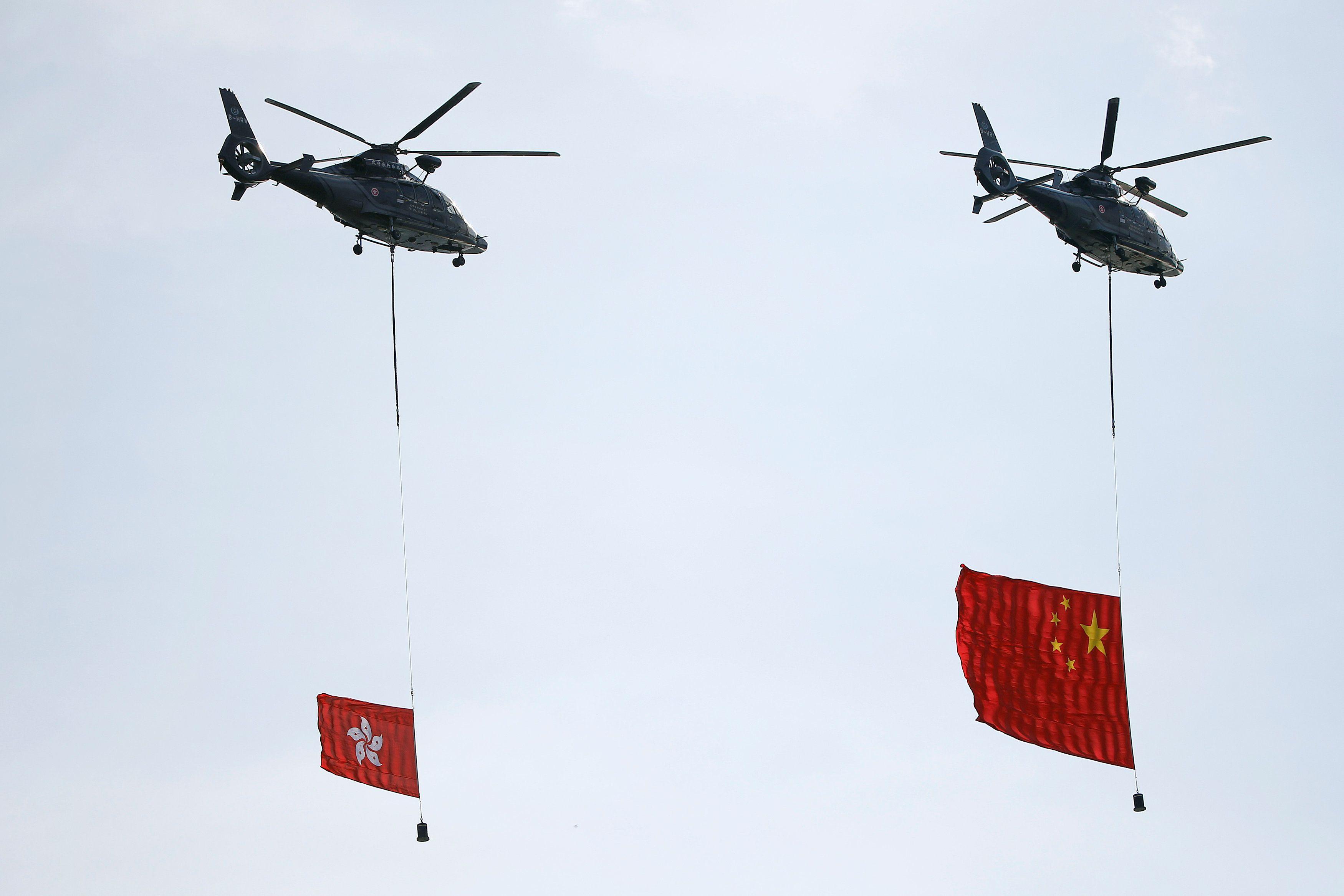 Вертолеты с флагами КНР и Гонконга
