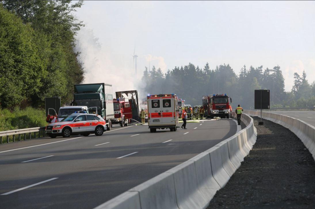В Германии туристический автобус врезался в грузовик, десятки пострадавших, 18 — пропали без вести