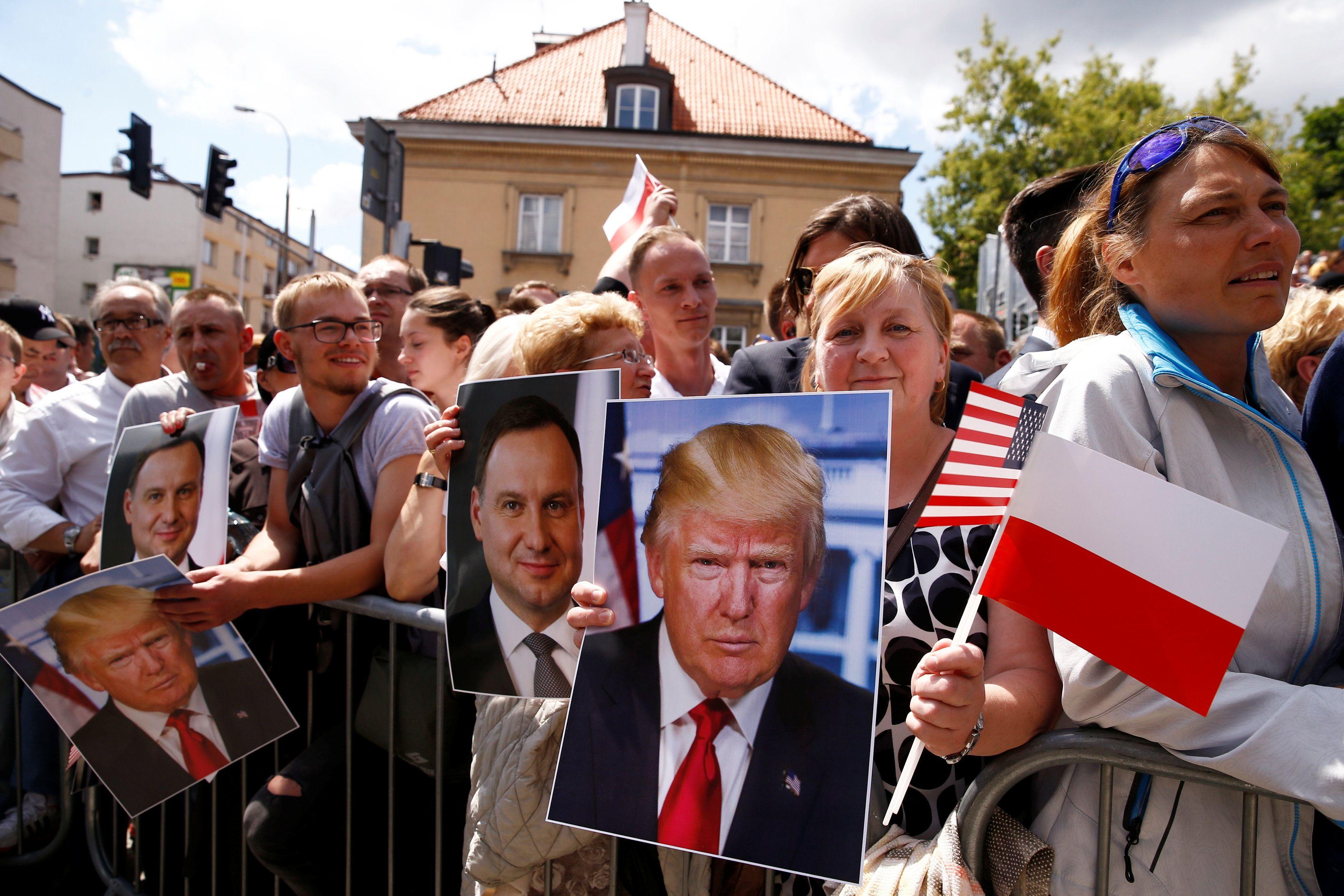 Жители Польши приветствуют Дональда Трампа в Варшаве
