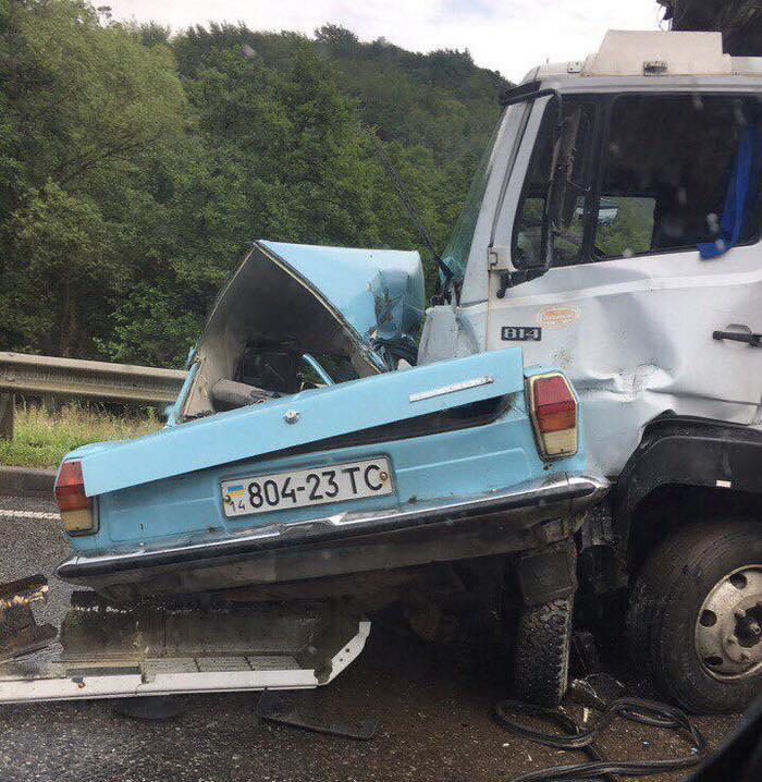 """ДТП на Львовщине. """"Волга"""" на встречке врезалась в грузовик, погибли два человека"""