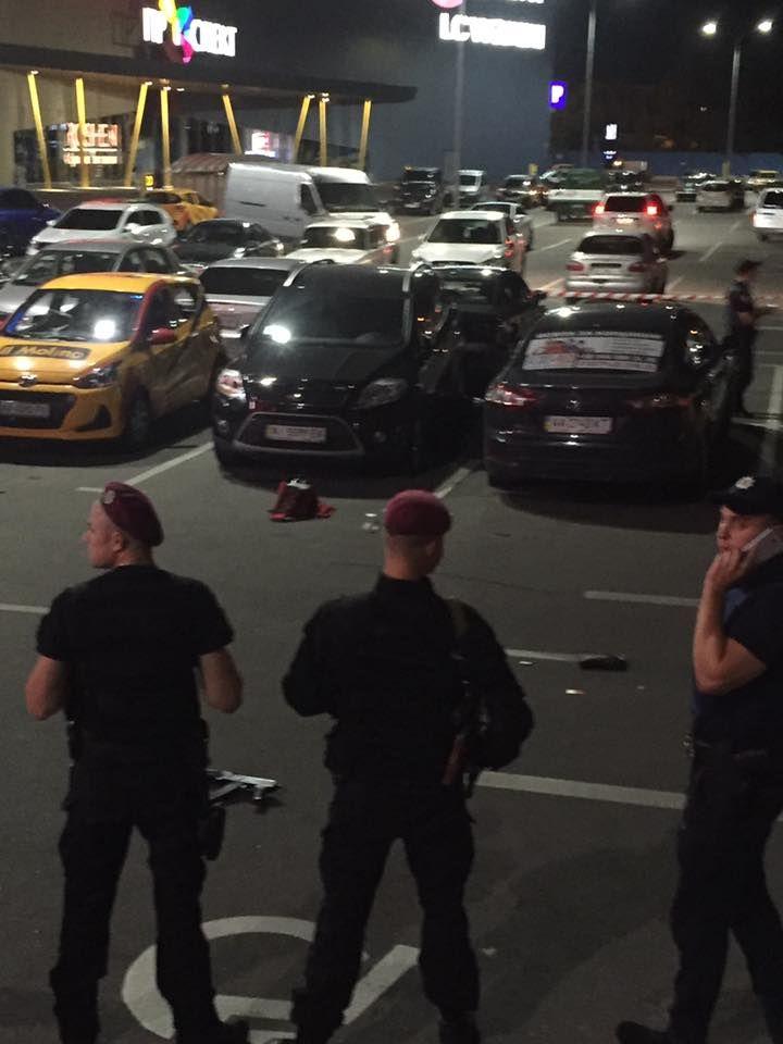 В Киеве возле ТРЦ застрелили мужчину, опубликованы фото и видео с места трагедии
