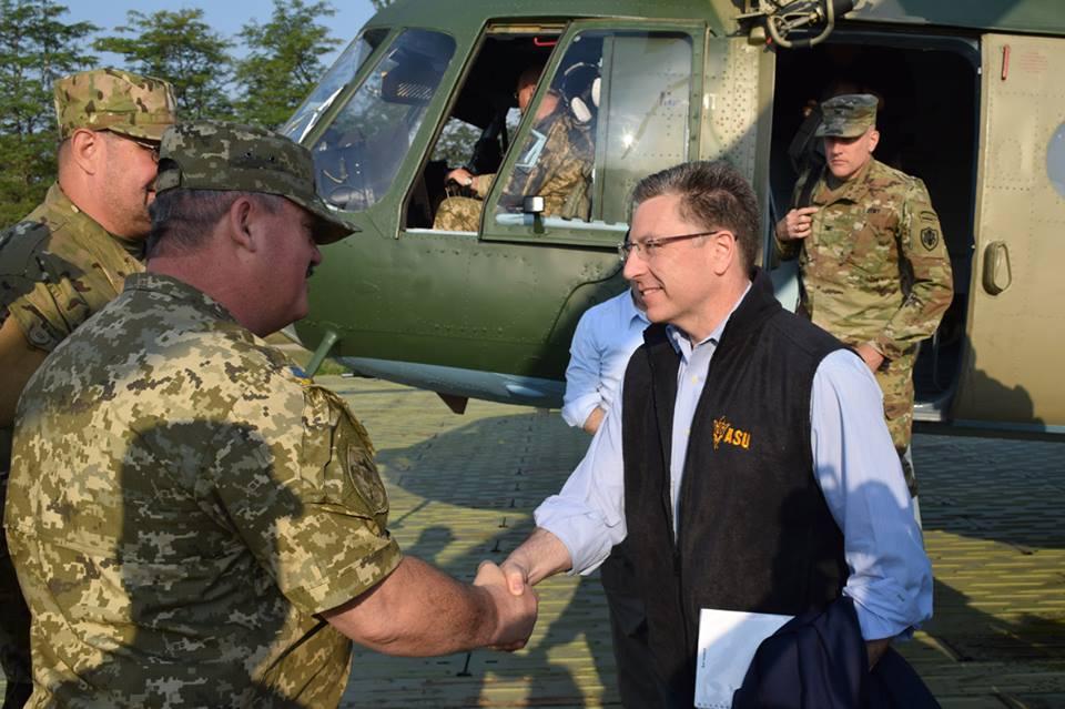 Курт Волкер (справа) во время посещения Донбасса