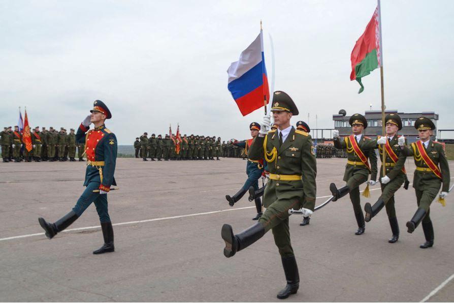 Военные с флагами Беларуси и РФ, иллюстрация