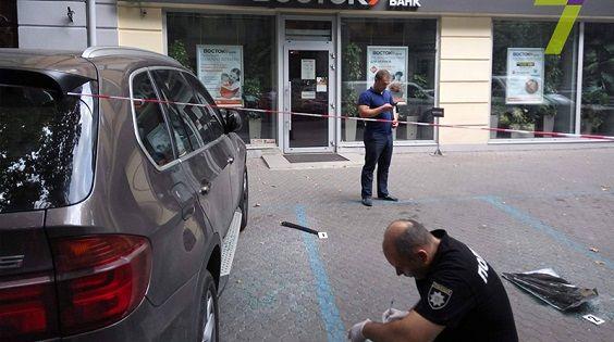 Бандиты ограбили клиента банка.
