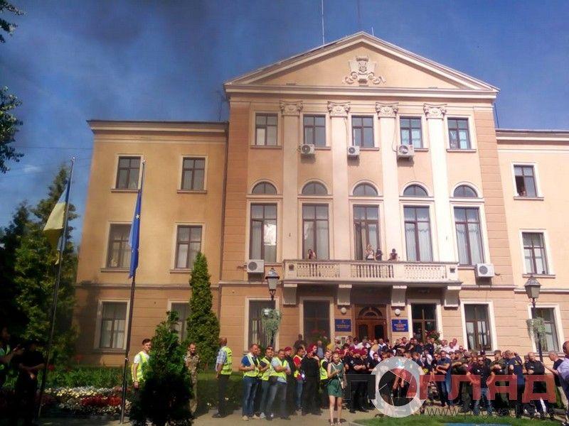 В Тернополе под мэрией дерутся и жгут дымовые шашки