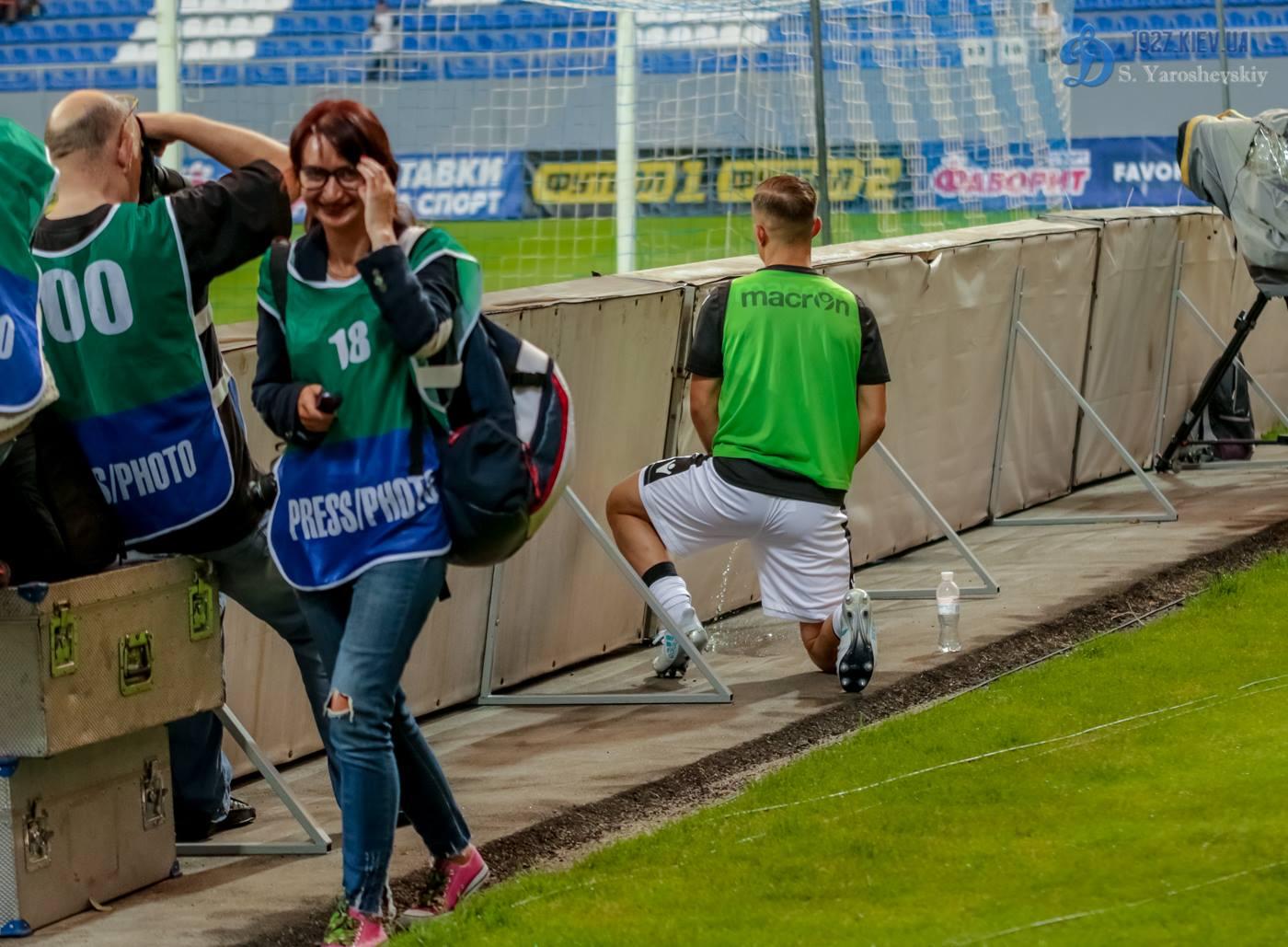 Плекас справил нужду за воротами во время матча