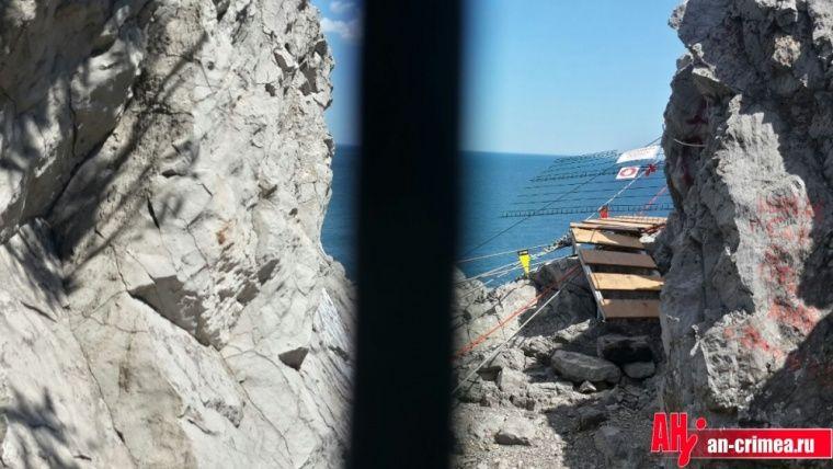 Ветер сдул подвесной мост в Крыму