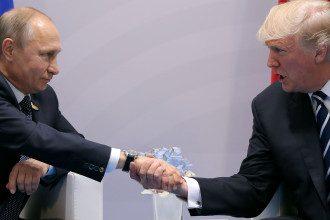 Дональд Трамп не должен был поздравлять Владимира Путина с победой на выборах, считает сенатор