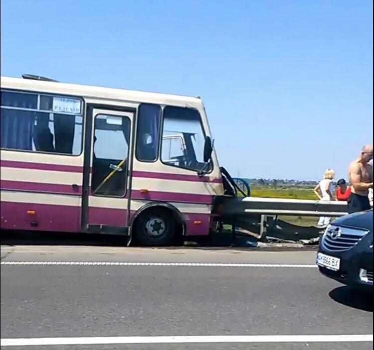 На Львовщине рейсовый автобус на встречке врезался в отбойник: погиб водитель, пострадали пассажиры
