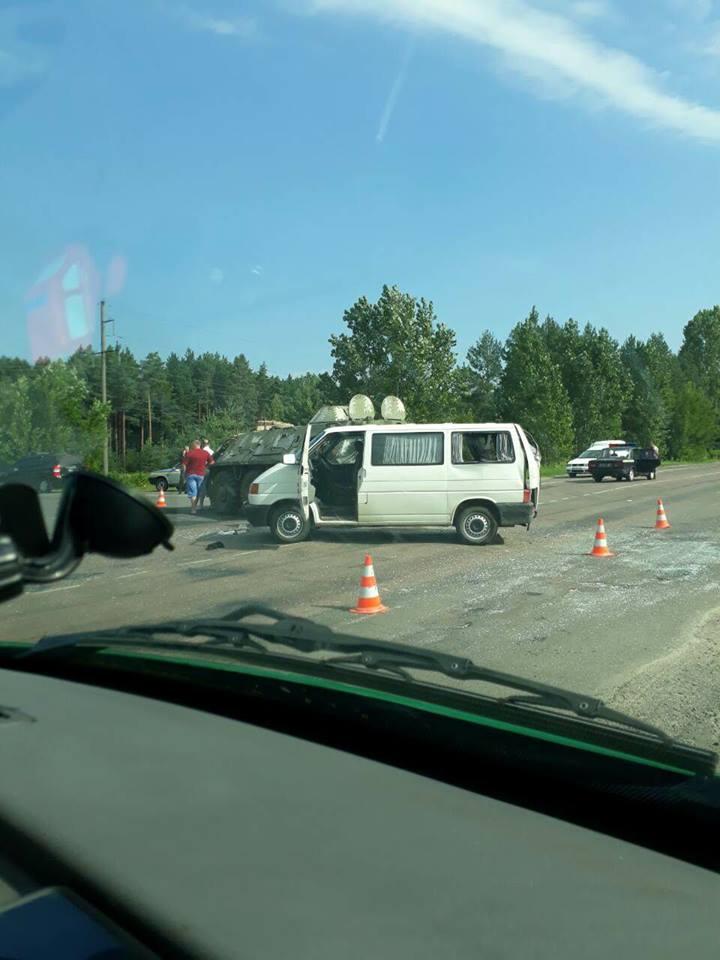 На Ровенщине БТР влетел в иностранный микроавтобус, есть пострадавшие, опубликованы фото
