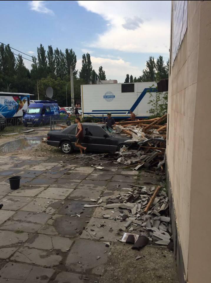 Непогода бушует в Украине, один погибший, 5 пострадавших, разрушенные дома и перевернутый грузовик