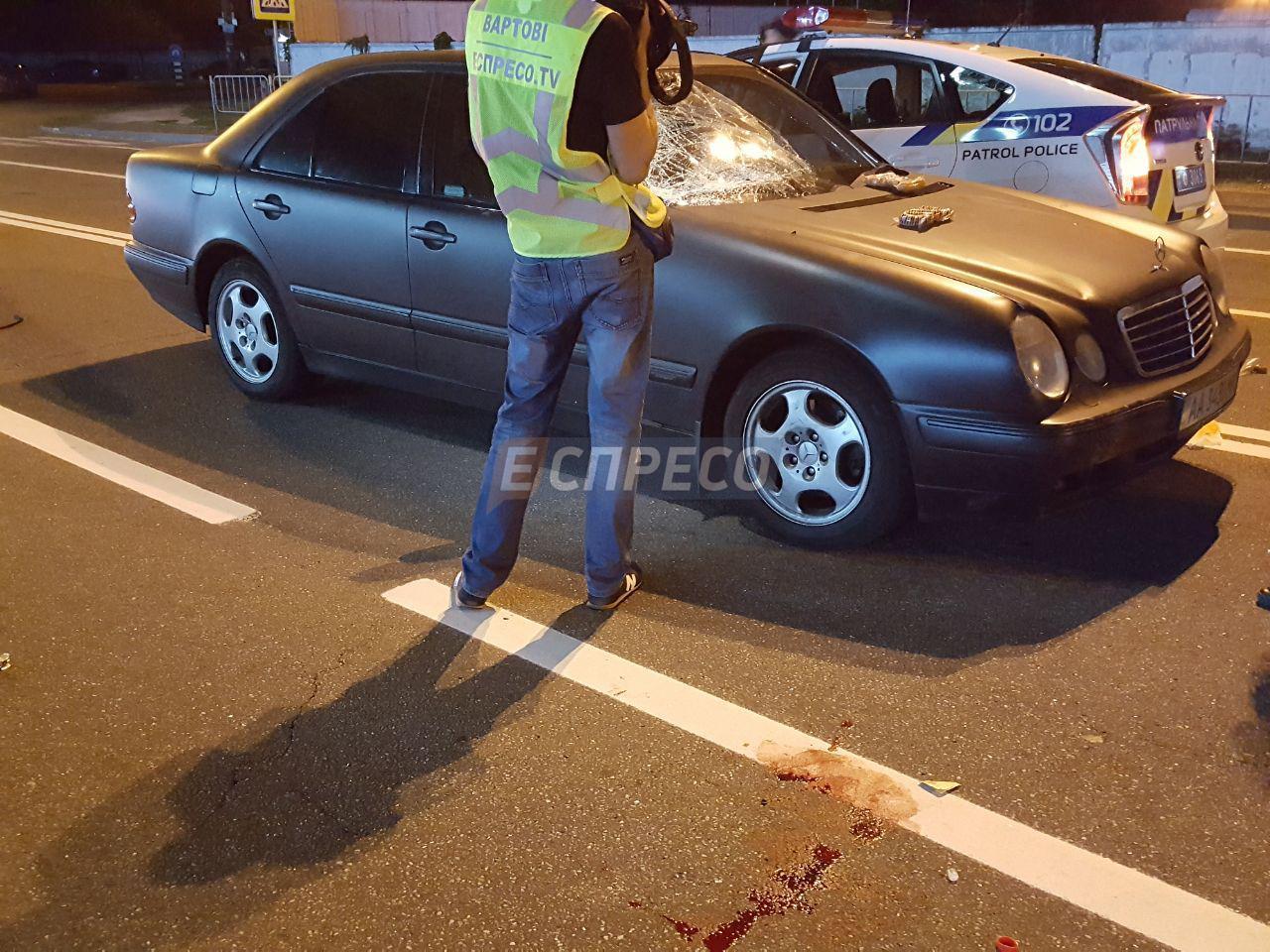 В Киеве Mercedes сбил двух пешеходов, опубликованы фото с места аварии