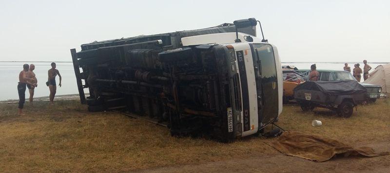 Порывом ветра перевернуло на бок грузовик.