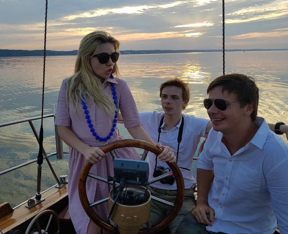 Дмитрий Комаров с сестрой и братом