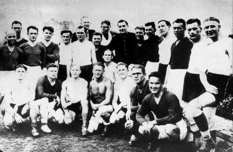 Динамовцы — в темной форме, немцы — в белой