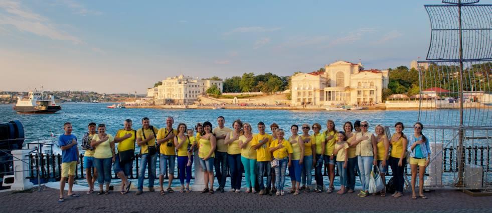 Украинские патриоты в Севастополе в цветах национального флага