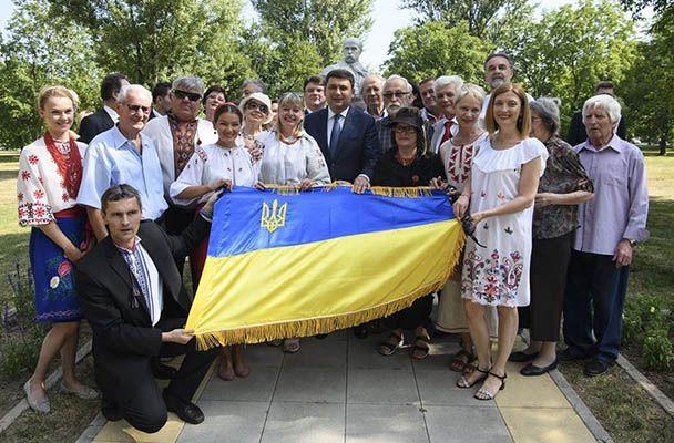 Український прем'єр Володимир Гройсман (у центрі) та члени української громади у Хорватії, Віктор Филима — на коліні.