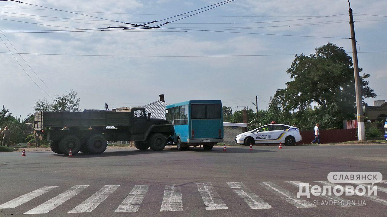 """В Славянске армейский """"Урал"""" протаранил маршрутку, есть пострадавшие"""