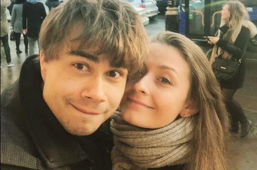 Александр Рыбак с любимой Джулией