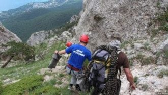 Спасатели выехали на помощь альпинистам.