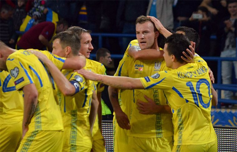 Андрей Ярмоленко принимает поздравления с забитым мячом