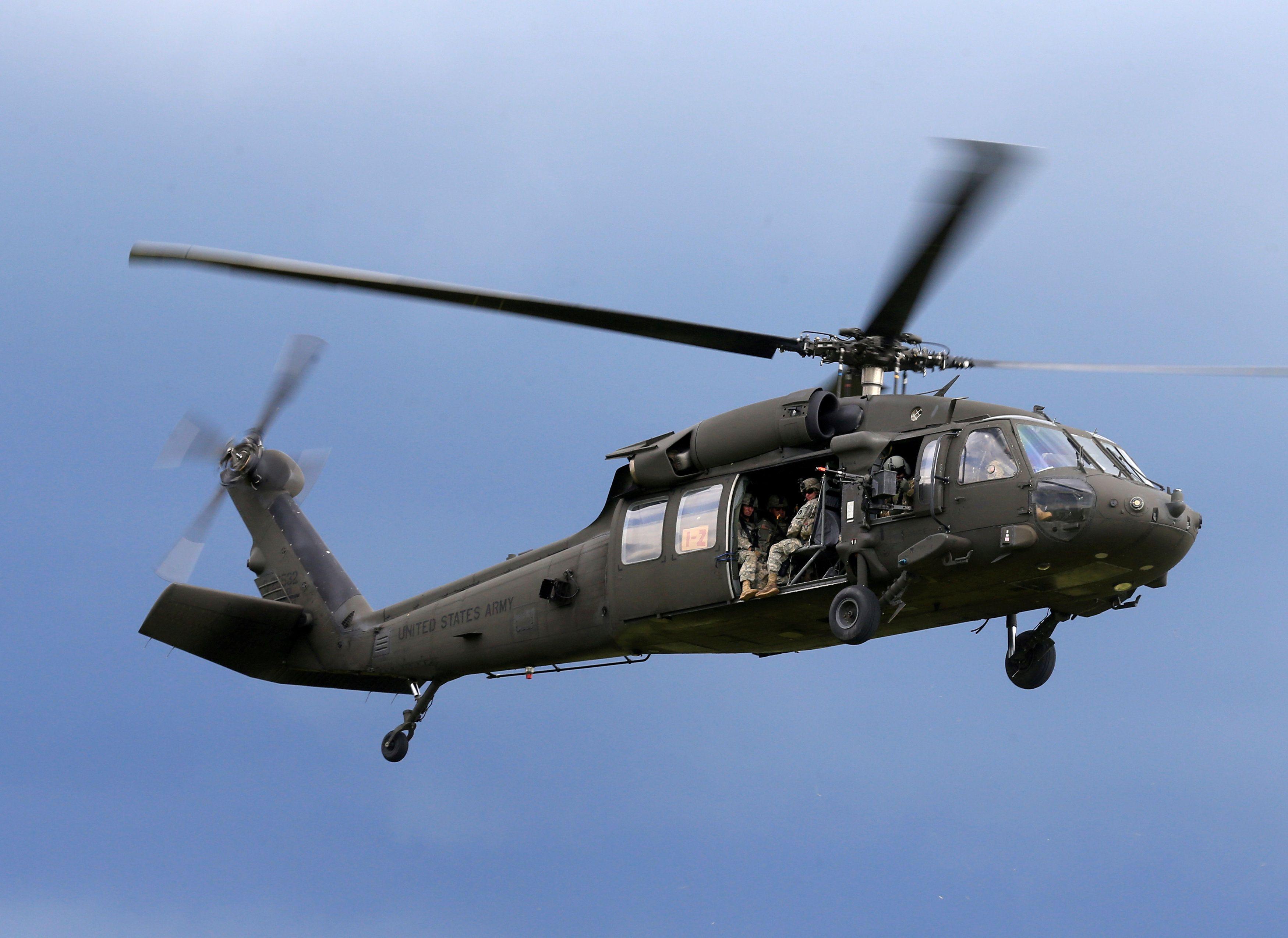 Солдаты армии США готовятся приземлиться с вертолета