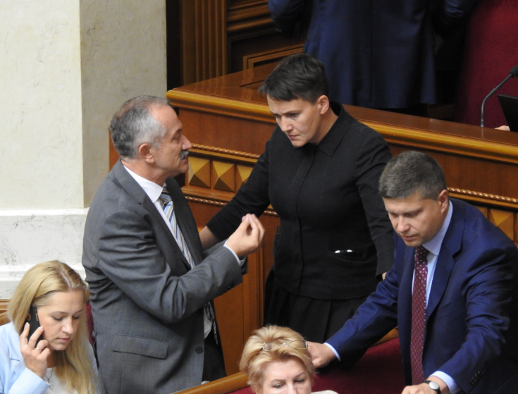 Надежда Савченко в окружении коллег