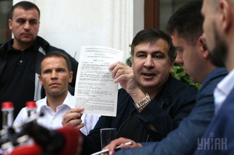 Михеил Саакашвили с протоколом об административном правонарушении