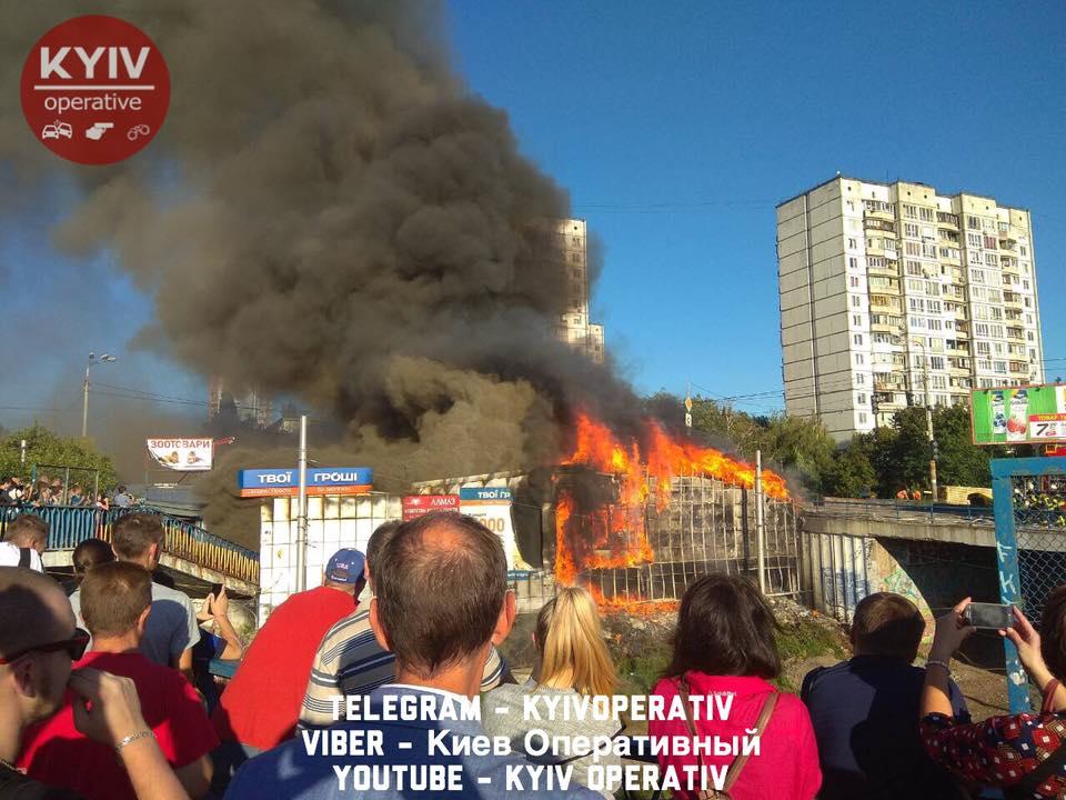 В Киеве на рынке произошел мощный пожар