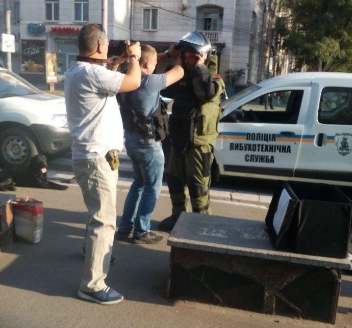 В Мариуполе возле театра нашли взрывоопасный предмет, опубликованы фото
