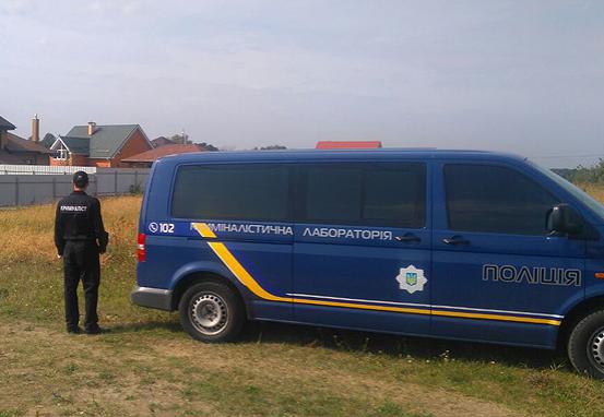 Правоохранитель возле дома, где совершено преступление, иллюстрация