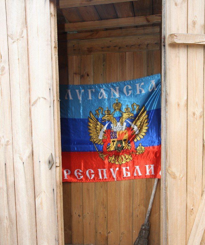 Тряпкой ЛНР украсили туалет. В оккупированном Должанске подняли флаг Украины, опубликованы фото