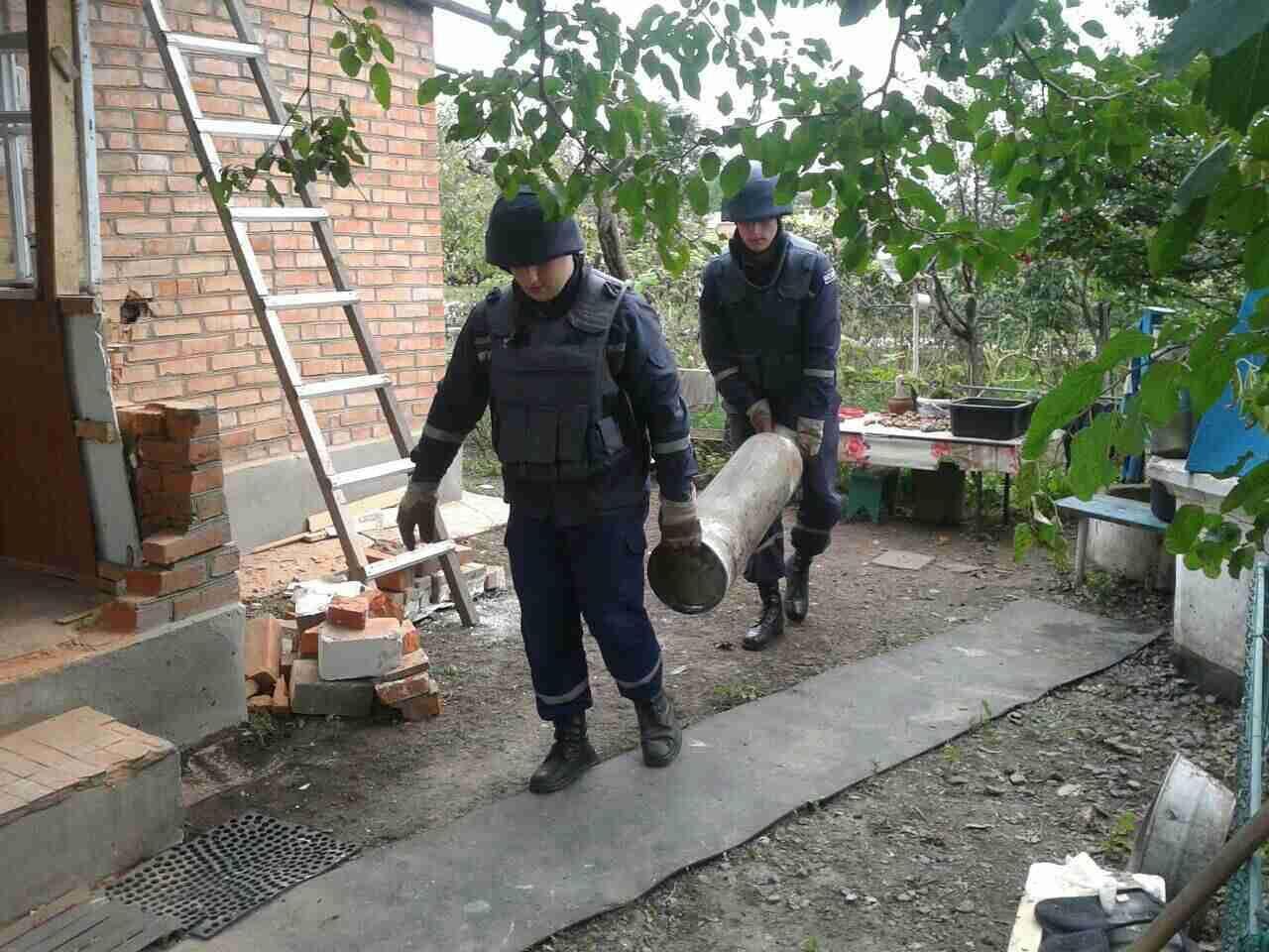 Спасатели проверяют территорию возле жилых домов.