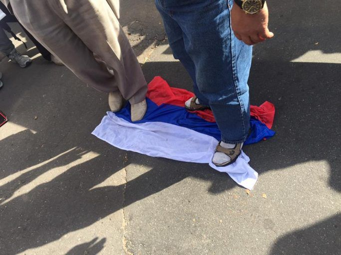Националисты вытерли ноги о флаг РФ