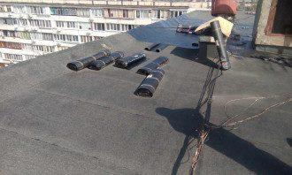 На крыше многоэтажки произошел взрыв