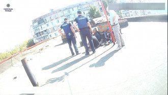 Рабочие вызвали полицию.